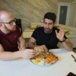 Ordina due pizze da Napoli e le fa consegnare a Milano