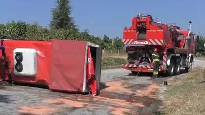 camion dei vigili del fuoco si ribalta
