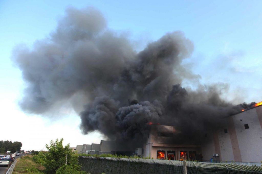 Disastro ambientale a Caserta, fabbrica in fiamme